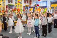 Танец с листочками в исполнении воспитанников детского сада Росинка