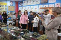 Школьникам интересно подержать оружие Второй мировой войны в своих руках