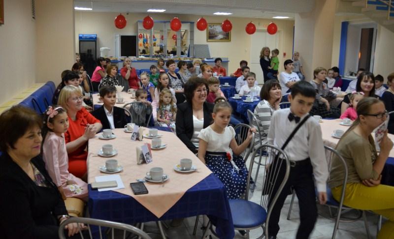 Гости праздника мамы с детьми