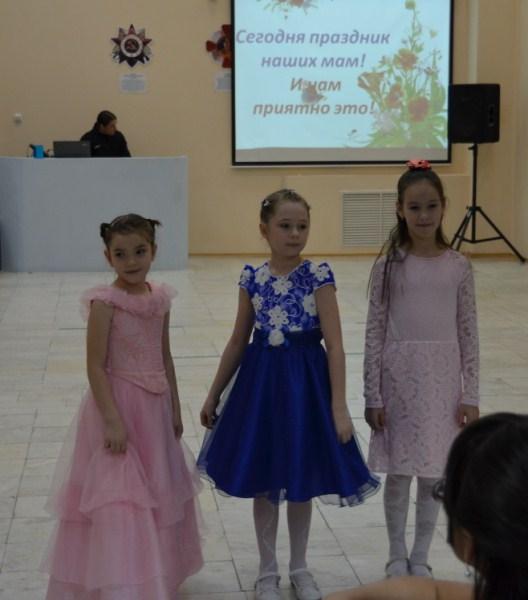 девочки исполнили песню Мамы роднее нет