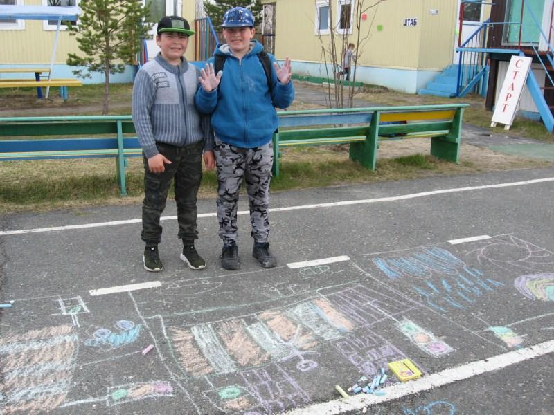 Закончили рисунок воспитанники 3 отряда