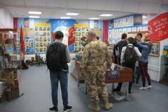 Обучающиеся гимназии №6 рассматривают экспонаты музея перед праздником Победы 9 Мая